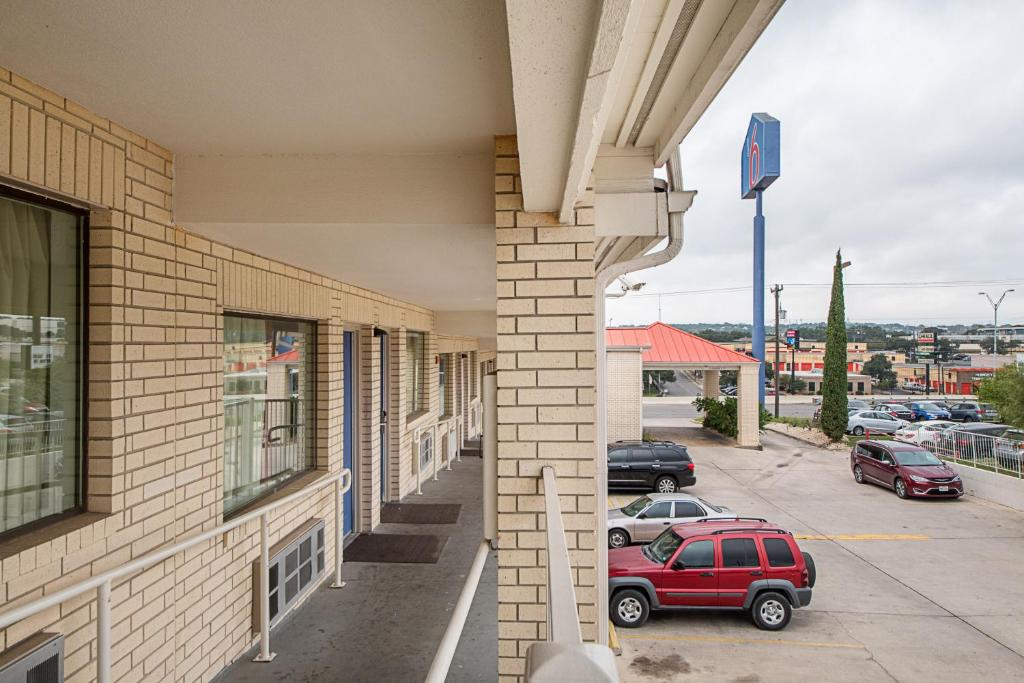 Motel 6 San Antonio - Fiesta Trails