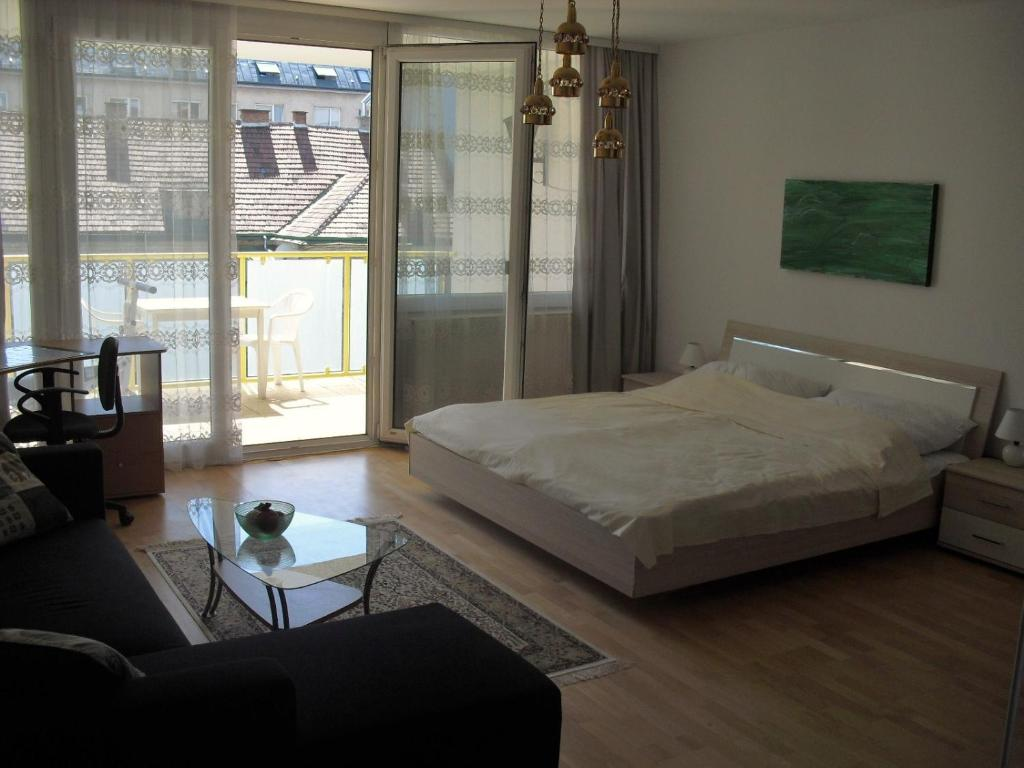 Serviced Apartment with Sunny Balcony, Vienna, Austria - Booking.com