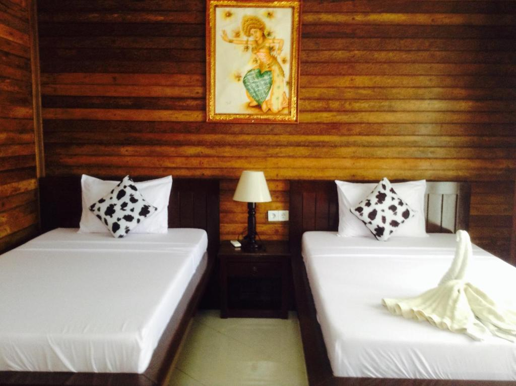 A bed or beds in a room at Shipwreck Point Inn