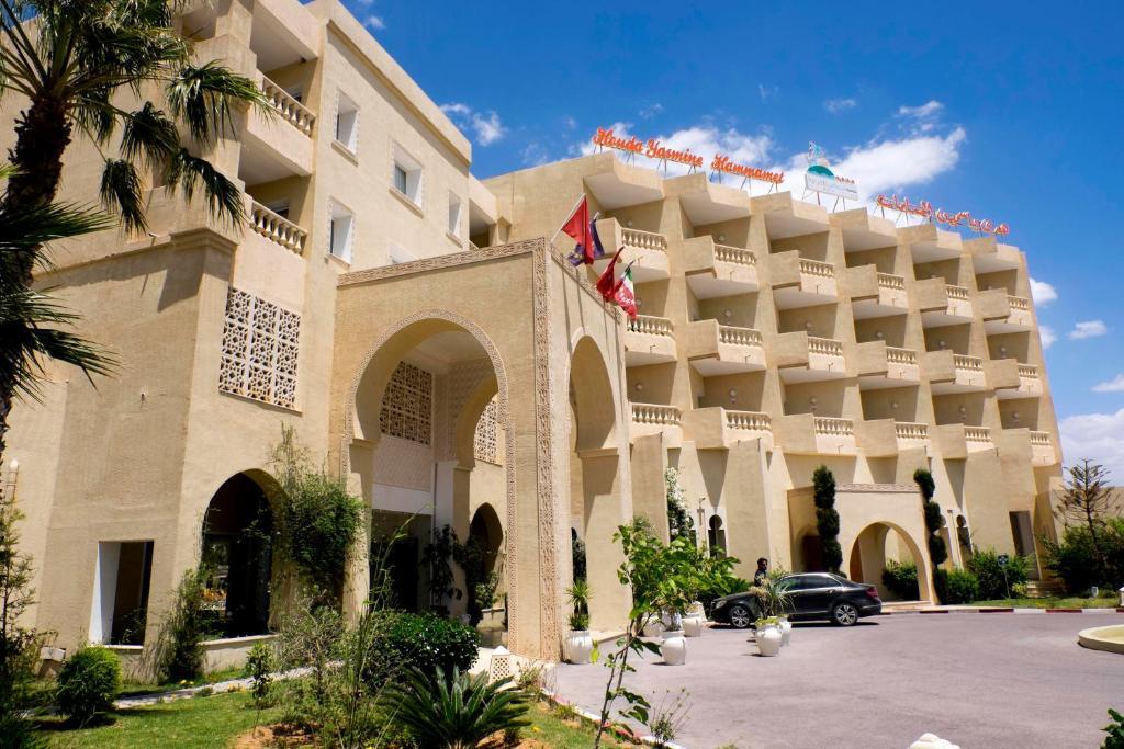 До пляжа можно дойти всего за 5 минут. Отель Houda Yasmine находится в 8 километрах от центра города Ясмин Хаммамет. Этот 4-звездочный отель находится в 200 метрах от пляжа и порта. Также к услугам гостей открытый бассейн
