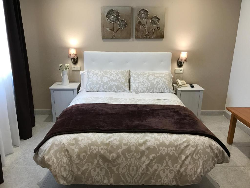 Postel nebo postele na pokoji v ubytování Hostal Alcázar