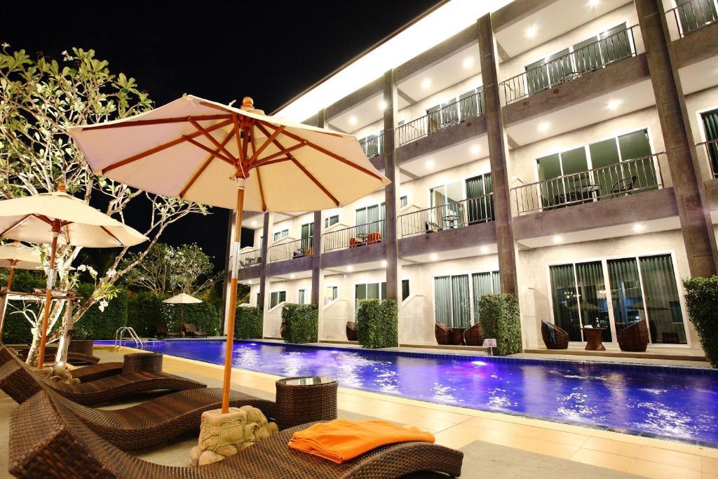 Het zwembad bij of vlak bij The Malika Hotel