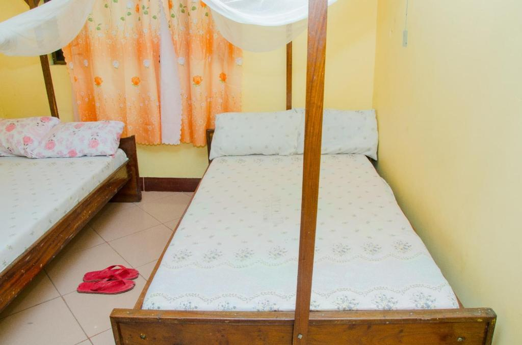 Łóżko lub łóżka w pokoju w obiekcie Kiceck Bar and Guest House Airport