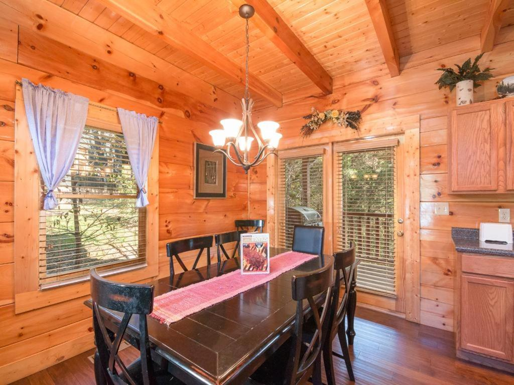 moonlight theater lodge three bedroom cabin pigeon forge
