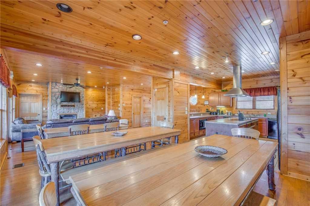 Big sky lodge ii 7 bedroom cabin gatlinburg tn for 7 bedroom cabins in gatlinburg tn