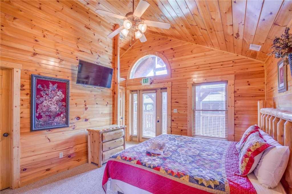 Hemlock Inn- 8 Bedroom Cabin, Gatlinburg, TN - Booking.com