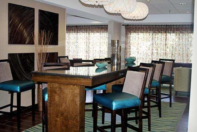 The lounge or bar area at Hampton Inn Tampa-Rocky Point