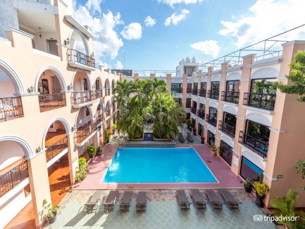 Vaizdas į baseiną apgyvendinimo įstaigoje Hotel Doralba Inn arba netoliese