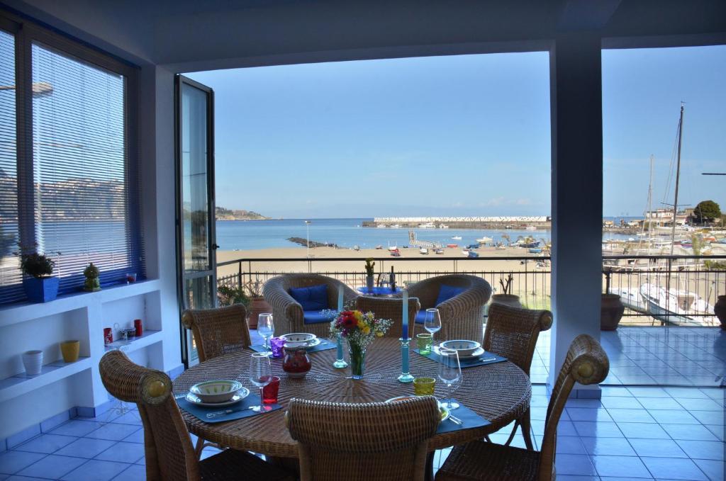 Terrazza sul mare giardini naxos appartamento prezzi aggiornati per il 2019 - B b giardini naxos sul mare ...