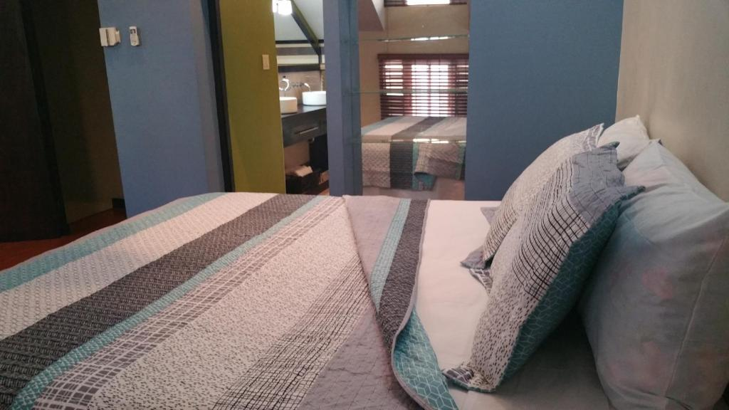 A bed or beds in a room at Sweet Kensville