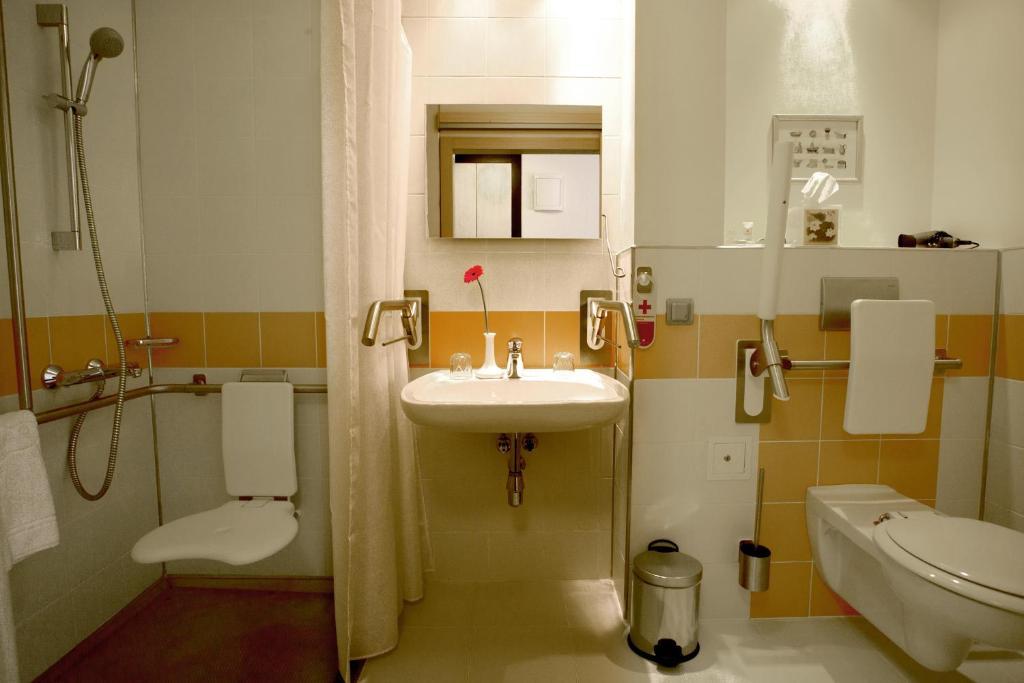 A bathroom at Atlas Hotel