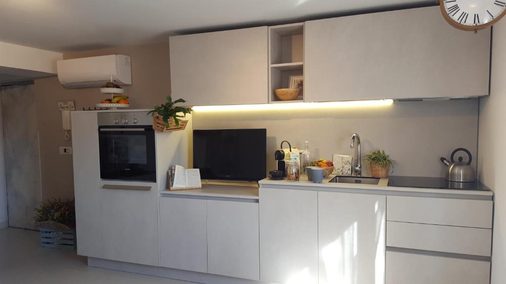 Una cocina o zona de cocina en Fly Windows Apartment