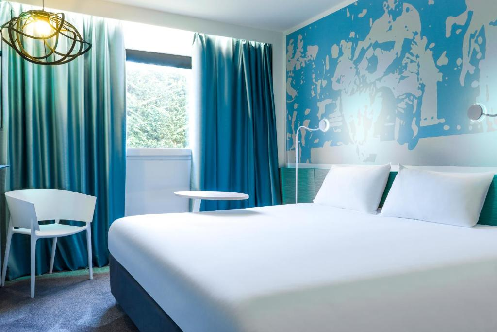 A bed or beds in a room at ibis Styles Toulouse Nord Sesquieres