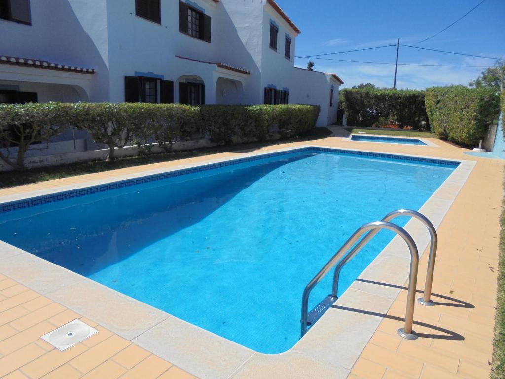 The swimming pool at or near Apartamento Neptuno
