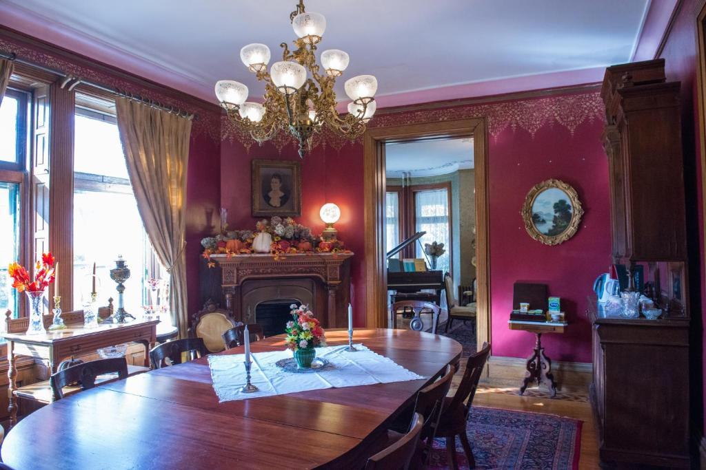 A restaurant or other place to eat at The Gables Bed and Breakfast Philadelphia