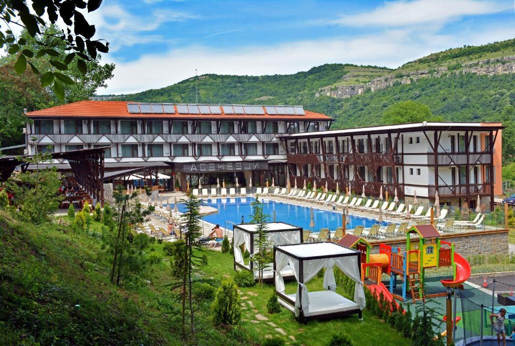 Изглед към басейн в Парк Хотел Асеневци или наблизо