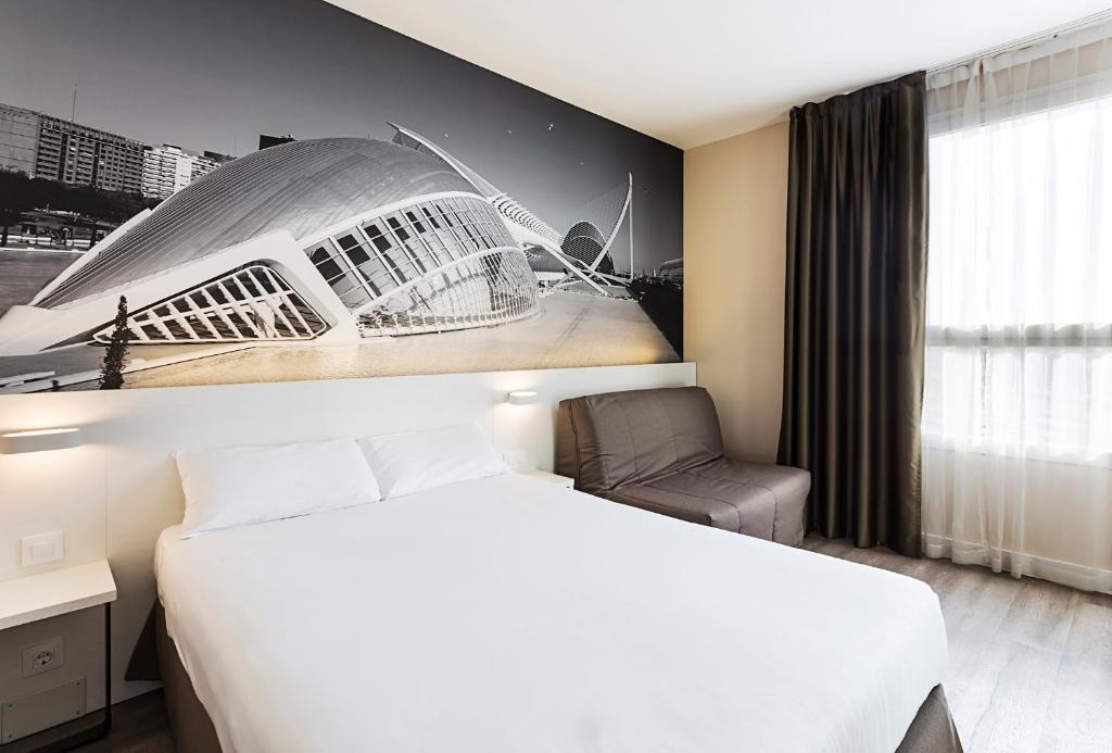 A bed or beds in a room at B&B Hotel Valencia Ciudad de las Ciencias