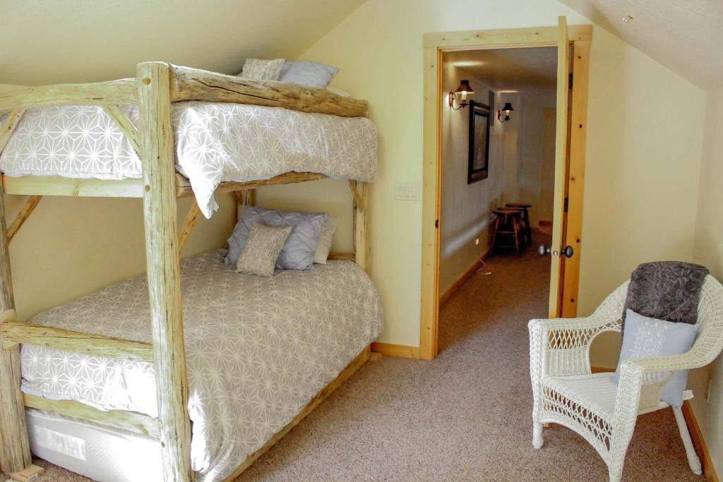 Cabin Bedroom Fitted Furniture: Rio Vista Log Cabin Retreat
