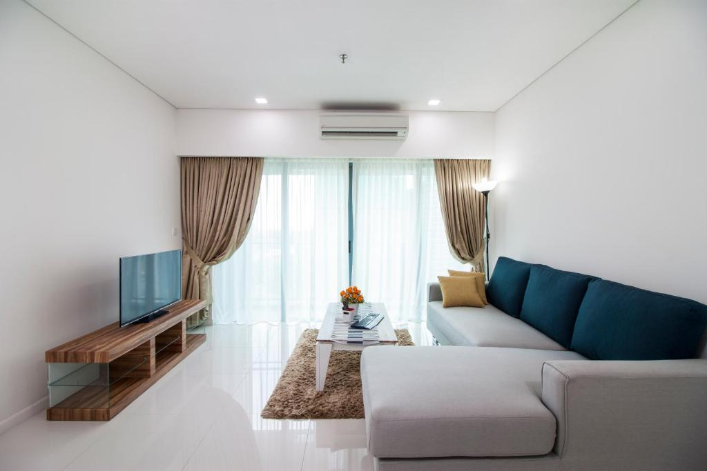 A seating area at Summer Suites by Plush