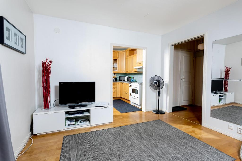 A television and/or entertainment center at Reissukodit Apartment Satamakatu