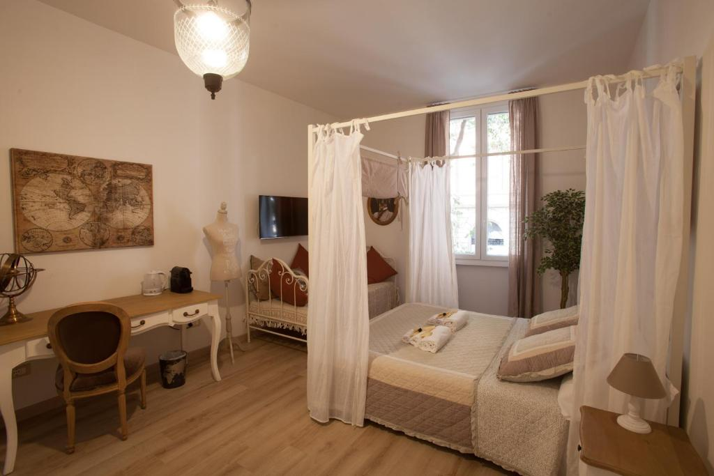 A bed or beds in a room at Popolo & Flaminio Rooms