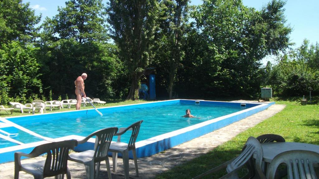 Нудисты в бассейне фото 37