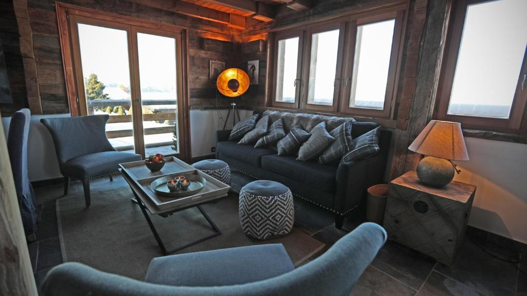 A seating area at Chalet Les Cleves