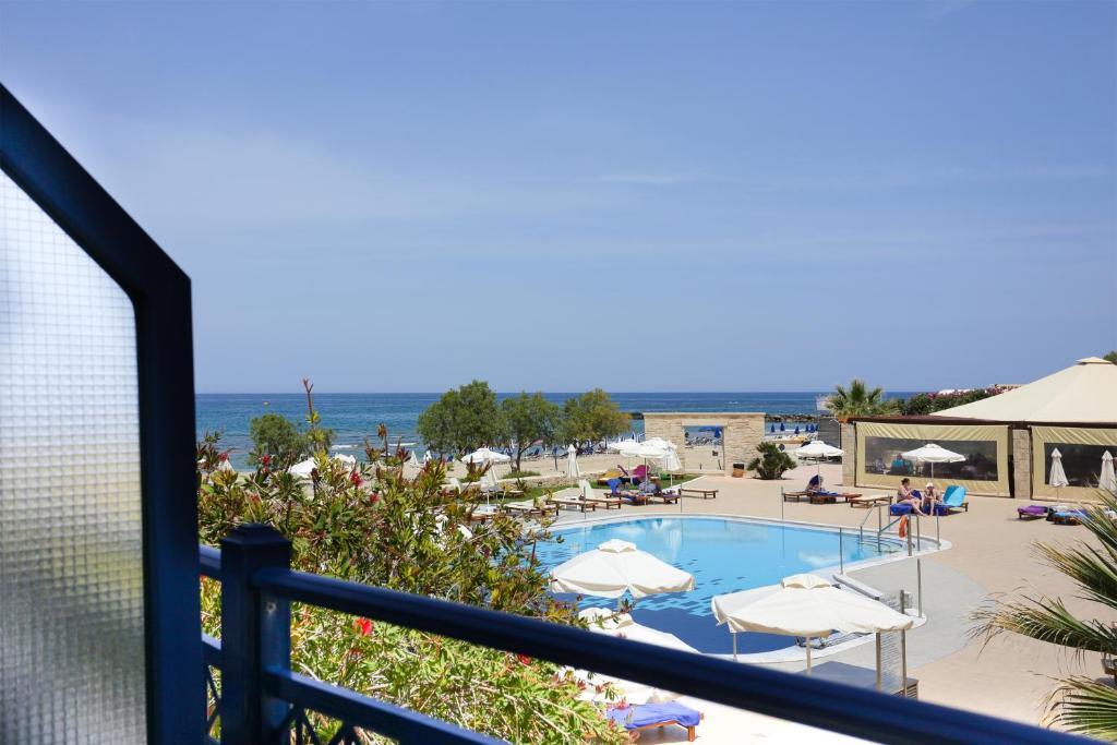 Uitzicht op het zwembad bij Kosta Mare Palace Resort & Spa of in de buurt
