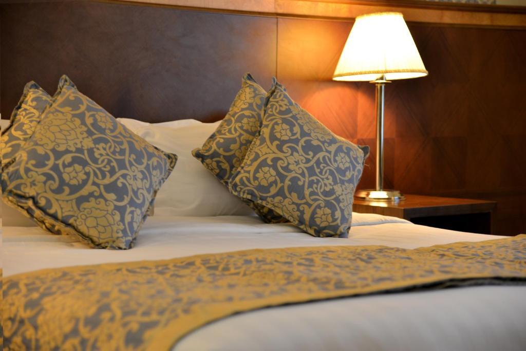 Tempat tidur dalam kamar di Nozol Royal Inn Hotel