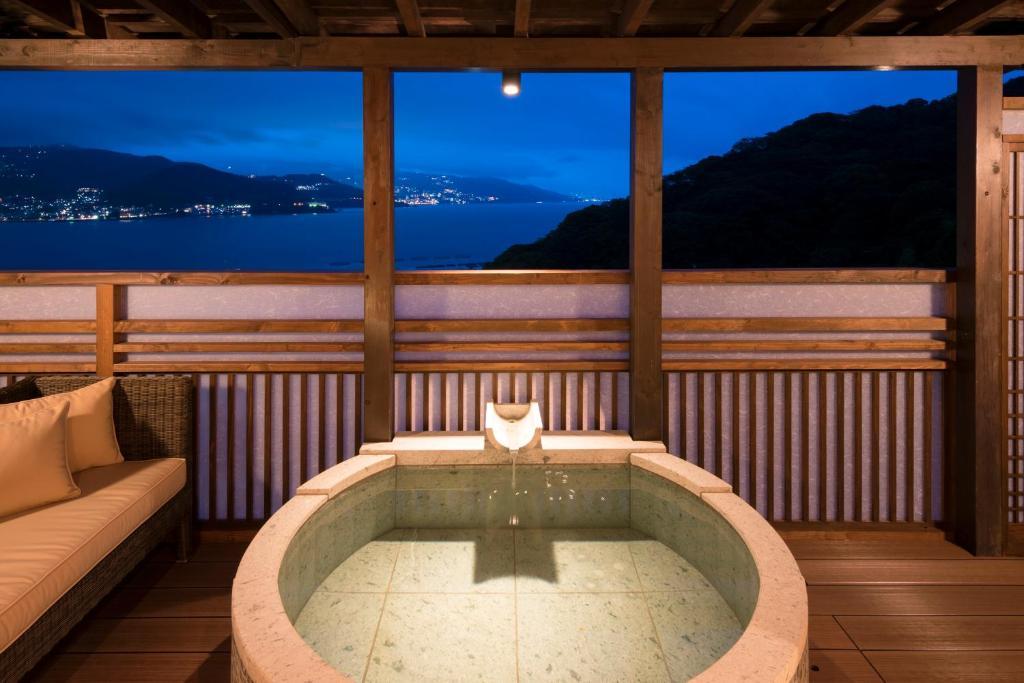 ポイント2.テラス付き露天風呂のある「月の間」