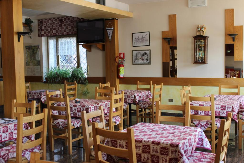 A restaurant or other place to eat at Albergo Napoleone