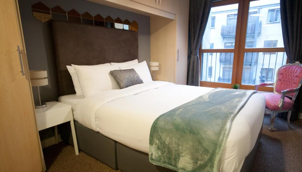 A bed or beds in a room at Handel's Apartments of Temple Bar by theKeyCollections