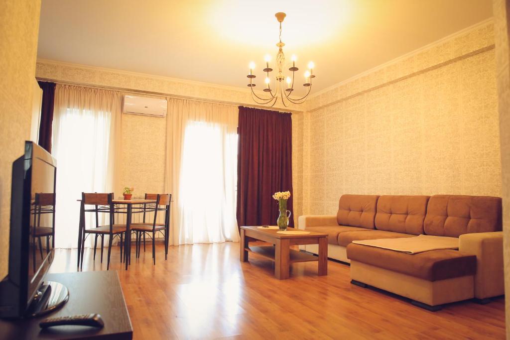 Минимальная площадь квартиры составляет 80 квадратных метров.