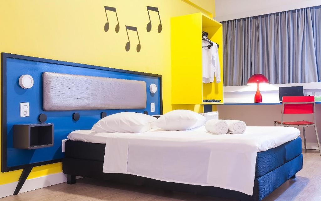 A bed or beds in a room at Ibis Styles Sao Mateus