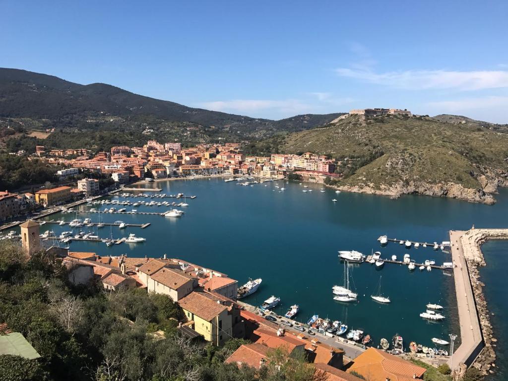 Vacation home la casa del faro porto ercole italy for Faro arredamenti
