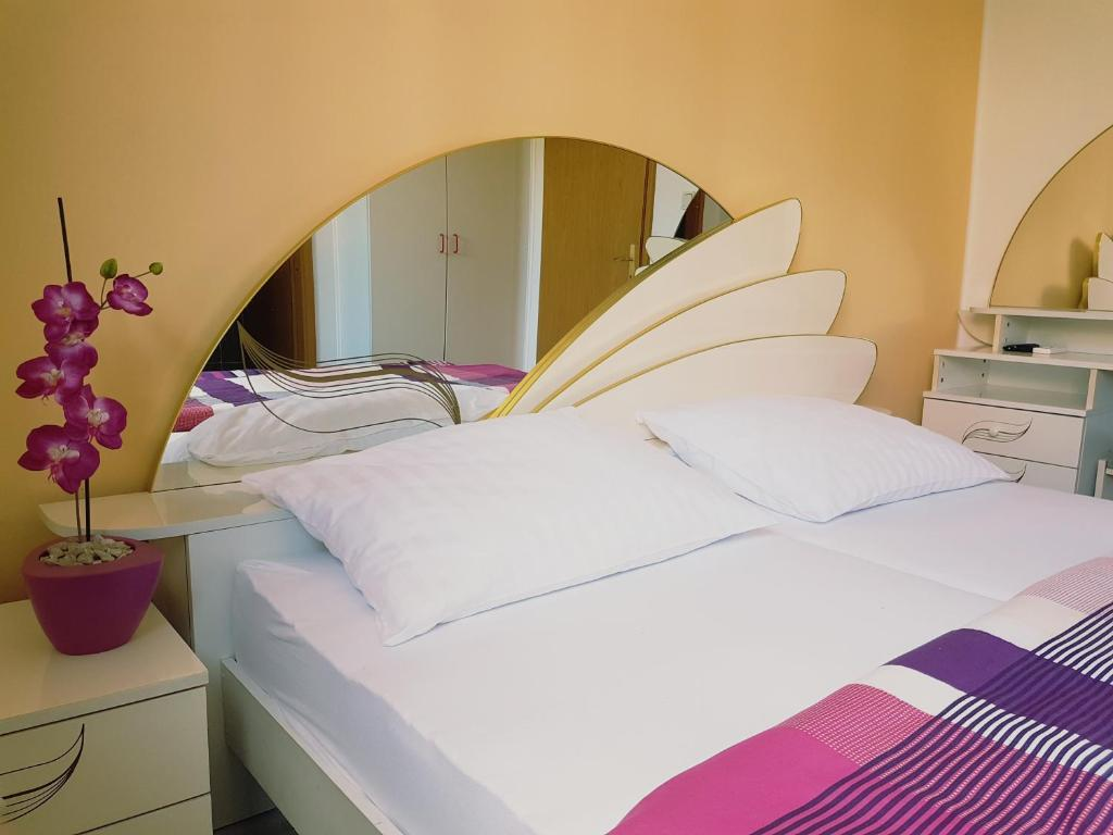A bed or beds in a room at Rooms Hunter