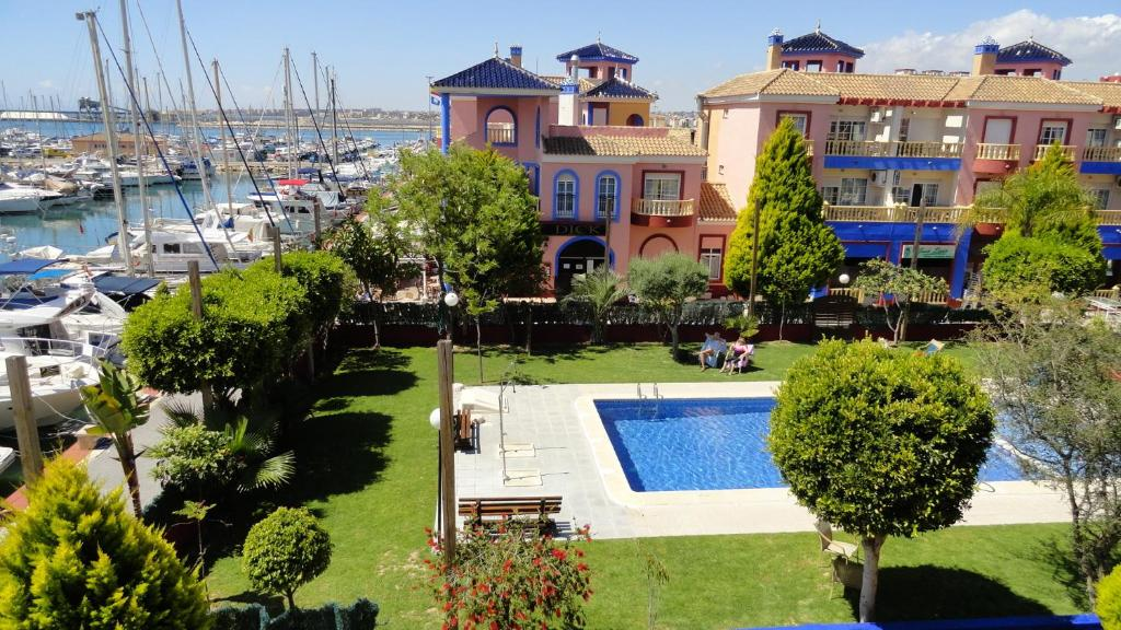 Apartment puerto deportivo marina torrevieja spain for Apartamentos puerto marina