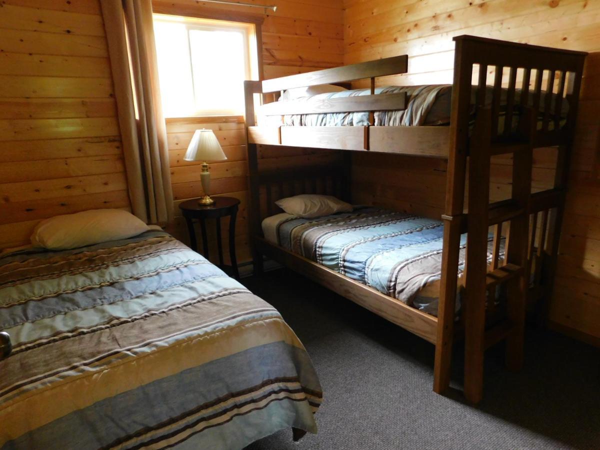 Lodge Trail End Camp Outfitters Pointe Du Bois Canada  # Meuble Armoire Et Bahiou En Bois