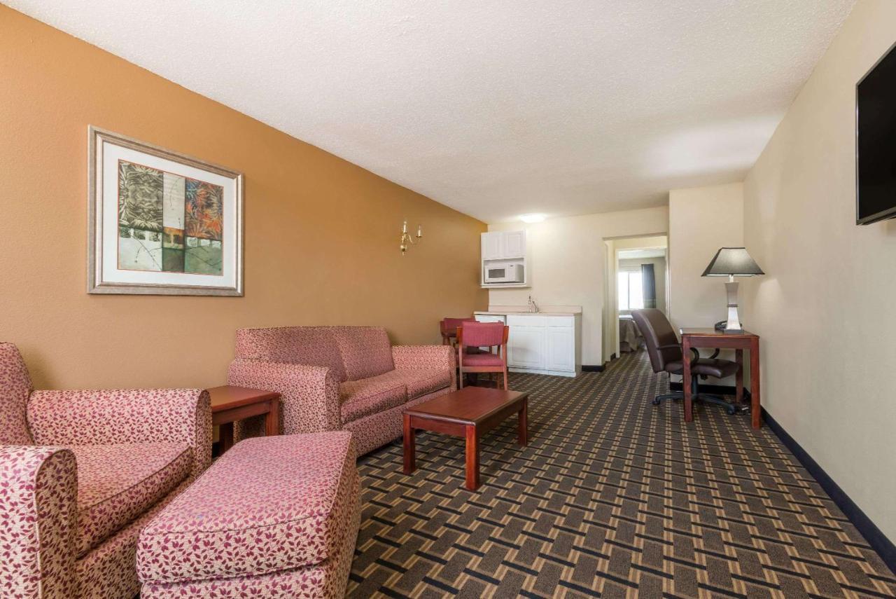 Hotel Super 8 Indianapolis, IN - Booking.com