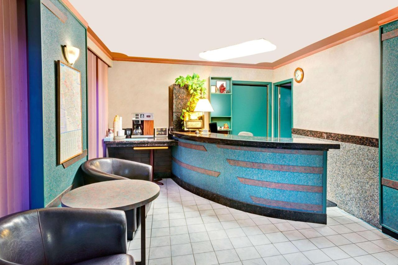 Knights Inn Kitchener, Canada - Booking.com
