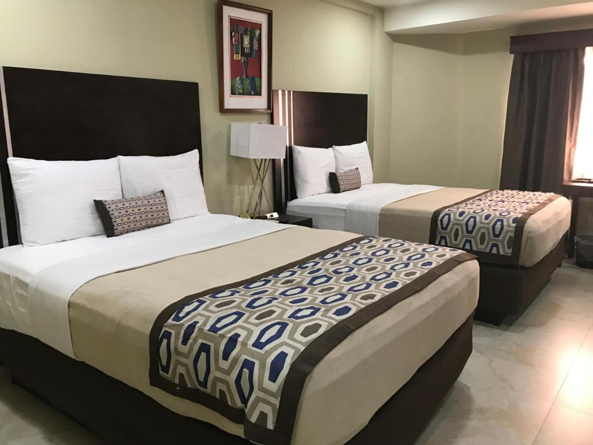 All rooms comes with air conditioning, a flat-screen TV with satellite channels, a fridge, a coffee machine, a hot tub and a desk