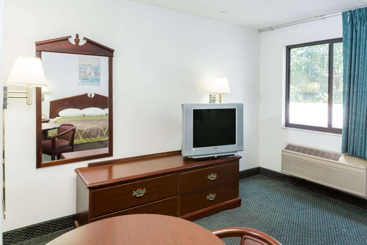 Hotel Super 8 Pompano Beach, FL - Booking.com