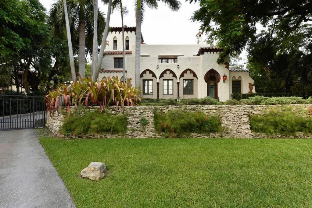 Historic Gated 6BD/4.5BA Villa W/Pool In Coconut Grove ...