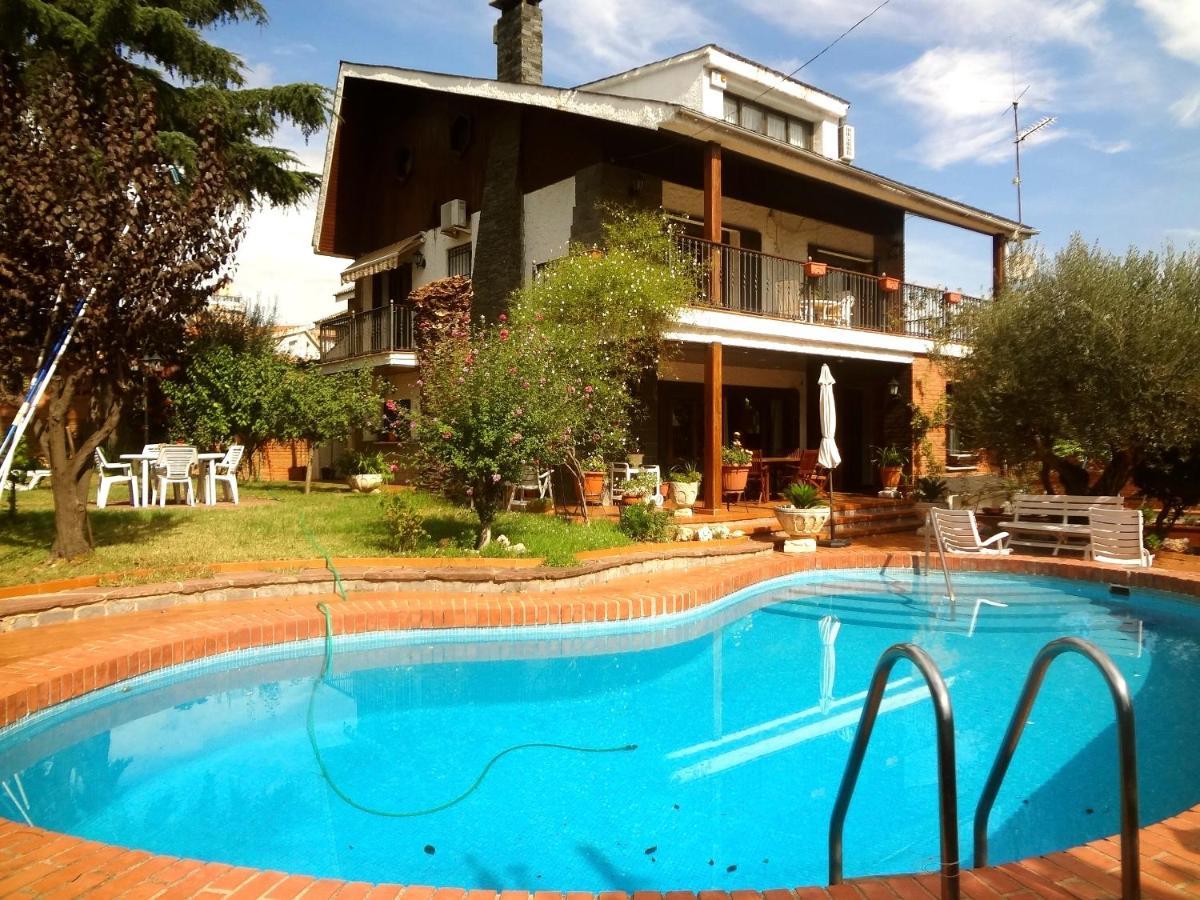 Barbera Del Valles Villa Sleeps 10 Pool Air Con (España ...