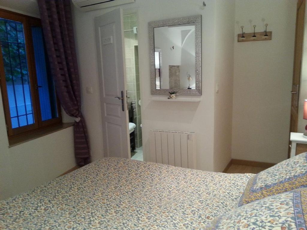 Apartment Atypique Dans Le Vieil Antibes, France - Booking.com