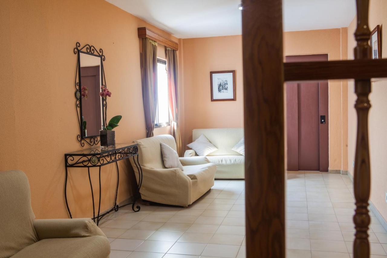 Hotel Tres Jotas (España Conil de la Frontera) - Booking.com