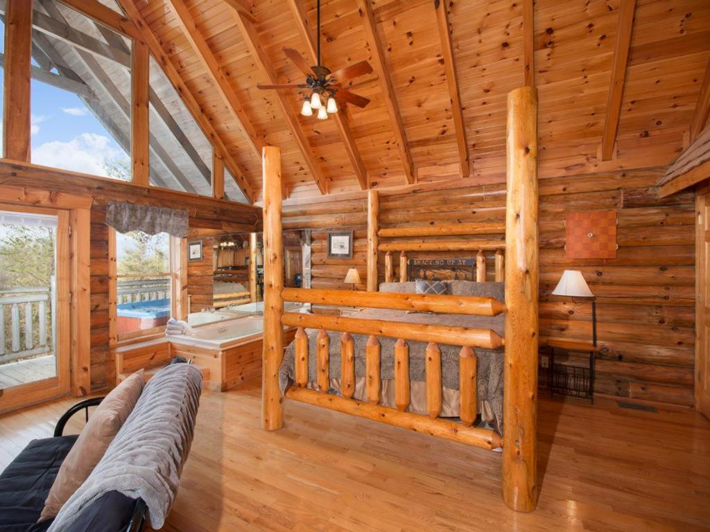near bedroom rental and rentals vacation forge lake pigeon w lodge jacuzzi cabin suite in king cabins tv tn bear