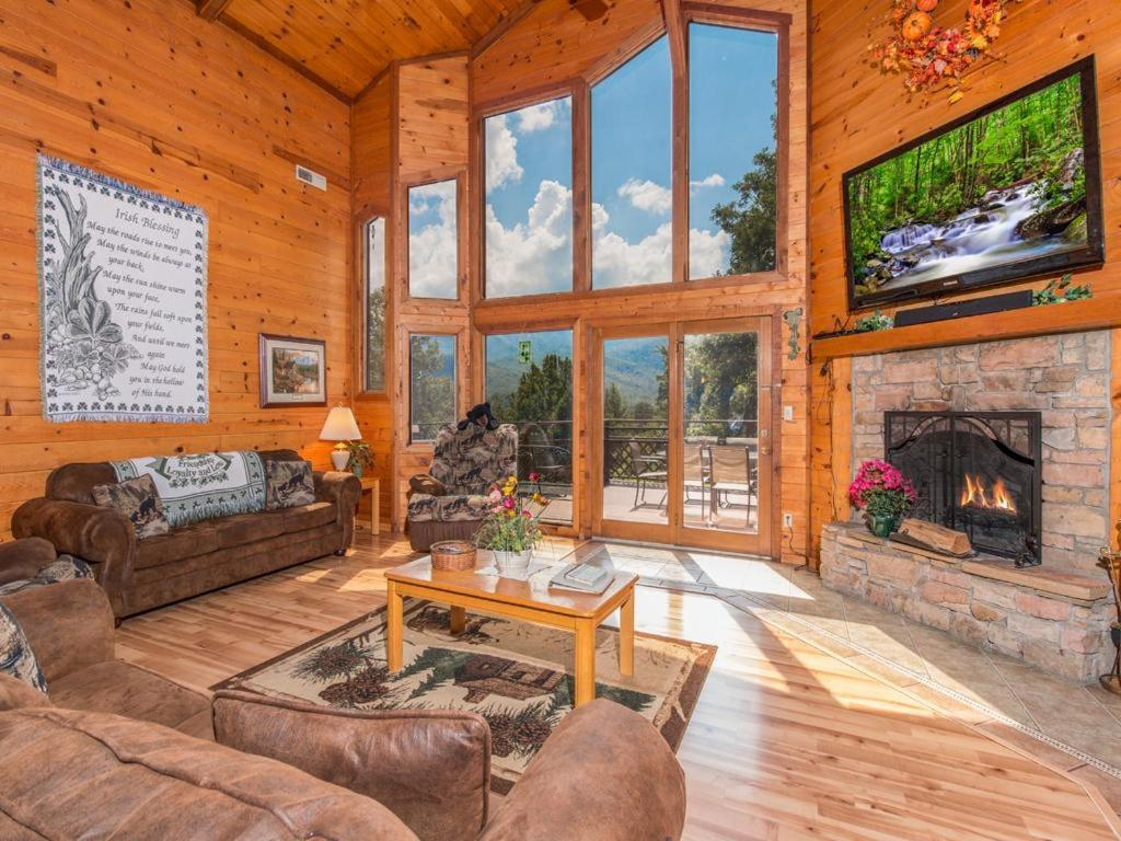 Vacation Home Emerald View- Three-Bedroom Cabin, Pittman Center, TN ...