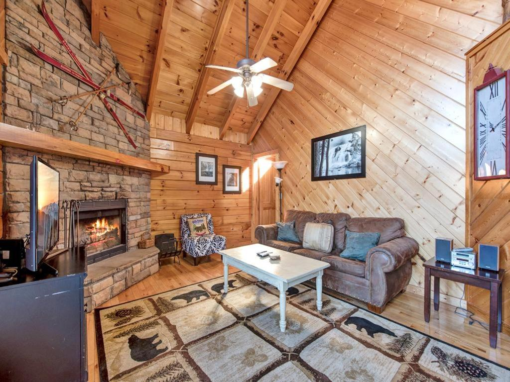 one tennessee in cabin tn gatlinburg mountain bedroom a pinetop cabins