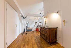 A kitchen or kitchenette at Modernes Penthouse mit Terrasse - Mitten im Zentrum